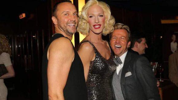 Schauspieler Hubertus Regout (l.) mit Haus-Drag Queen Marlene und Sandro Rath, dem Mann des Modedesigners Thomas Rath.