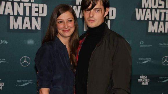 """Kamen einfach so zum Gucken: das süße Schauspieler-Paar Alexandra Maria Lara (""""Rush"""") und Sam Riley (""""Maleficent"""")."""