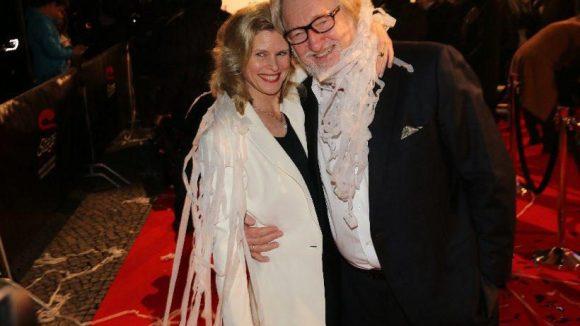 """In Karnevalslaune: Die Schauspielerin Leslie Malton (""""Wilsberg: Mundtot"""") mit ihrem Mann, dem Schauspieler Felix von Manteuffel (""""Da geht noch was"""")."""