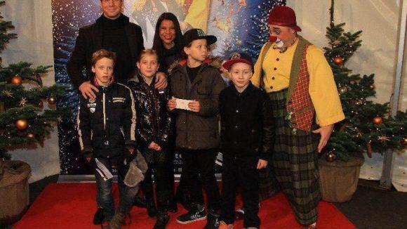 """Schauspieler Thomas Heinze und seine Freundin Jackie Brown mit Kids - sagen wir: beim """"Brangelina-Foto"""" mit Clown."""