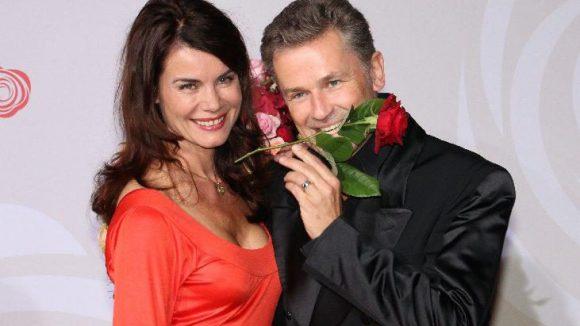 """Ganz auf Rosen eingestellt: Schauspieler-Paar Timothy Peach (""""Rote Rosen"""") mit seiner Frau Nicola Tiggeler."""