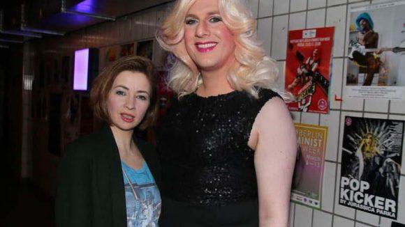 """... Loretta Stern brachte (""""Heiter bis tödlich: Nordisch herb"""") ihre Studienkollegin und Kult-Transe Brigitte Skrothum mit ..."""