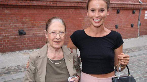 """Schauspielerin Peri Baumeister (""""Männertreu"""") brachte ihre Oma Eleonore Schneider mit."""