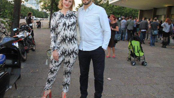 Schauspielerin Rosalie Thomass (im smarten Einteiler) kam mit Regisseur Aron Lehmann.