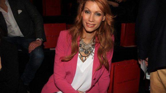 Schauspielerin Yasmina Filali in der Sommerfarbe Pink.
