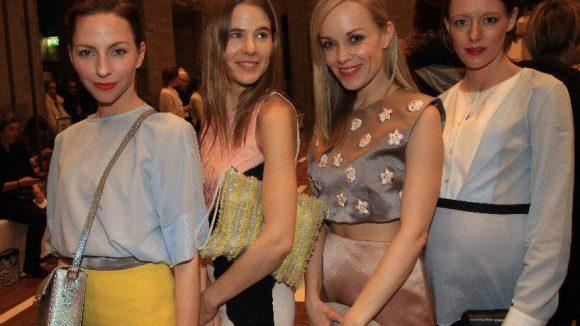 Zu den Gästen zählten die Schauspielerinnen Katharina Schüttler (links), Friederike Kempter (2. v. rechts) und Lavinia Wilson (rechts) sowie die Kostümbildnerin und Schlingensief-Witwe Aino Laberenz.
