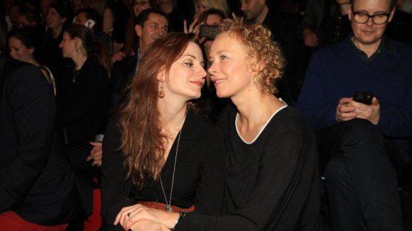 Wat machen die denn? Die Schauspielerinnen Nadine Schori (links) und Katja Riemann. Nur in der zweiten Reihe (rechts): Rolfe.