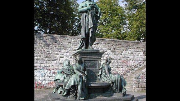 Das Schillerdenkmal ist eine Kopie eines früher auf dem Gendarmenmarkt stehenden Denkmals.