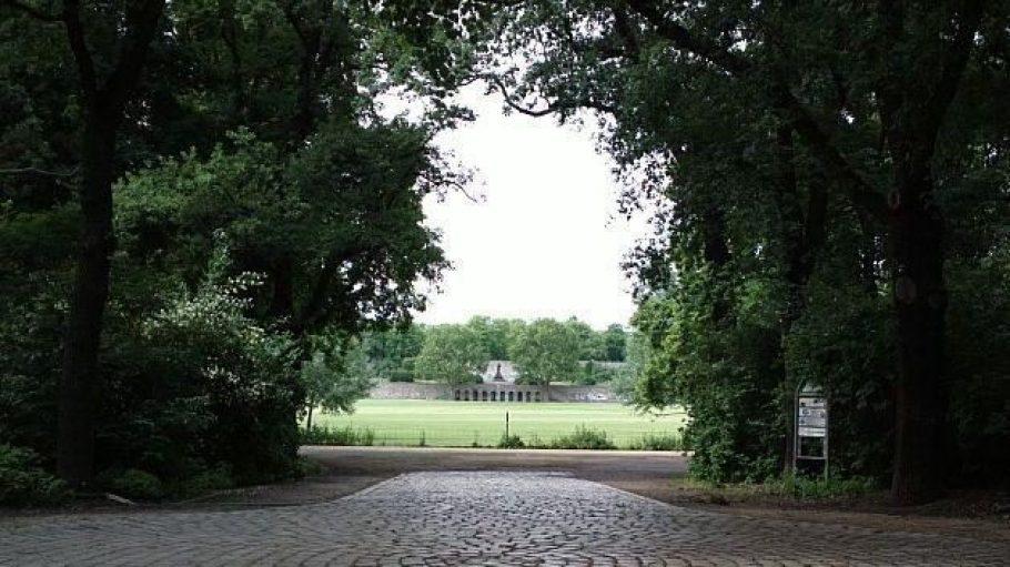 Der Schillerpark im Wedding, hier vom Eingang Ecke Ungarn- / Edinburger Straße aus betrachtet.