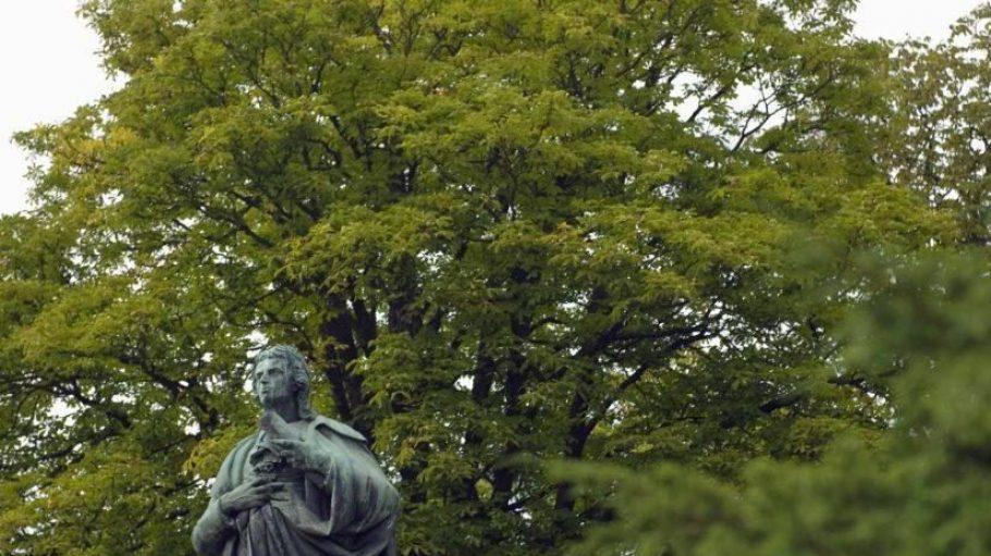 Die Statue des deutschen Dichters und Schriftstellers Friedrich Schiller im Schillerpark.