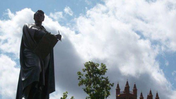 Die Statue von Karl Friedrich Schinkel auf dem Schinkelplatz. (c) Robin Klapprodt