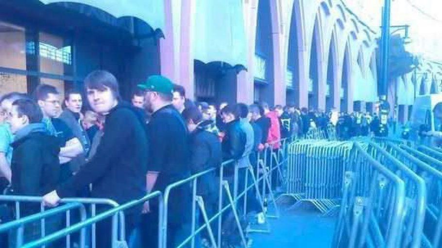 Einige tausend Gamer warten geduldig darauf, dass das Einkaufszentrum für die Premierenfeier des PC-Spiels Diablo 3 seine Pforten öffnet.