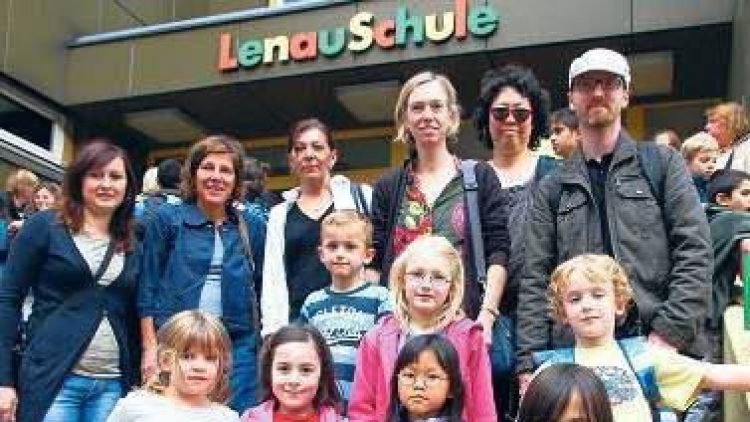 Schüler und Eltern der Lenau-Schule in Kreuzberg vor dem Schulgebäude