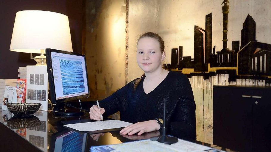 Schülerin Emilia bei ihrem Praktikum an der Hotelrezeption.
