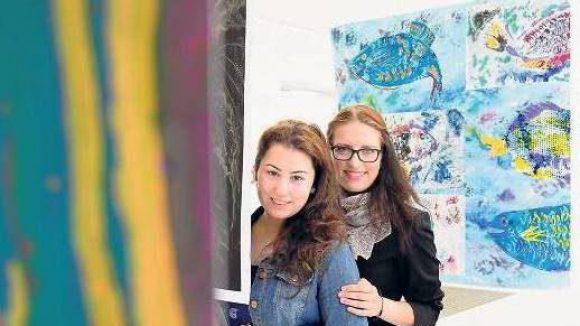 Lernwillig. Aylin Sener, 21, (links) und Adriana, 19, sind zwei von 18 Schülerinnen, die am Campus Rütli ihr Abitur bestanden haben. Die Verhältnisse vor dem Brandbrief können sie sich nicht mehr vorstellen.