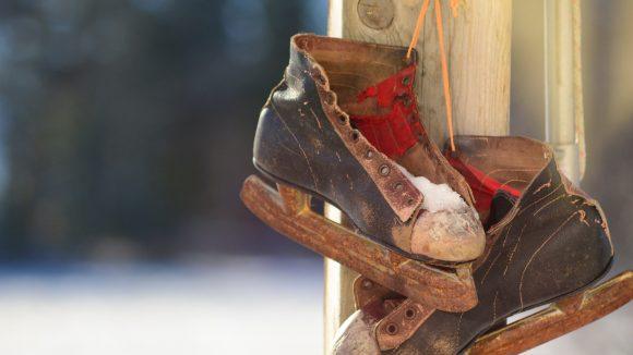 Okay, ein bisschen fitter sollten eure Schlittschuhe aussehen. Aber dann: Ab auf die Eisbahn!