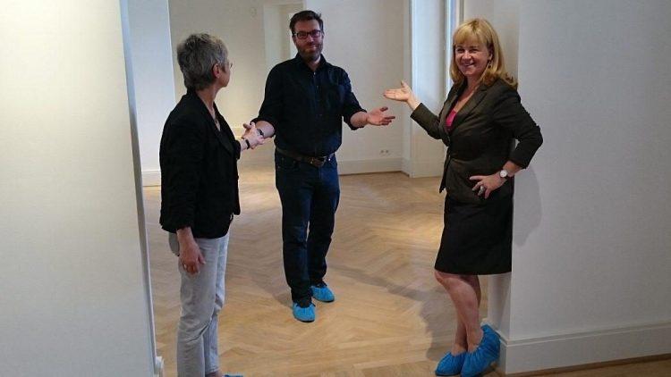Drei der Verantwortlichen freuen sich über das Ergebnis: Kulturstadträtin Juliane Witt (r.), Bauplaner Alexander Pechmann und Christina Dreger vom Kulturamt Marzahn-Hellersdorf.