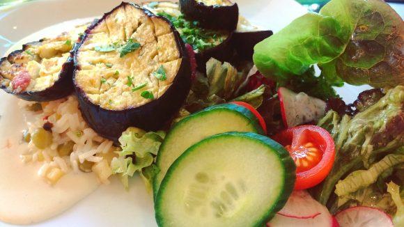 Donnerstags kommt im Schmidt Z&Ko Mediterranes wie diese geschmorte Aubergine mit Erbsenreis auf den Teller.