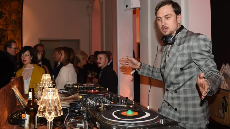 Tatort-Schauspieler, Hamlet auf der Bühne und DJ für die Partyreihe Autistic Disco. Lars Eidinger ist ein Tausendsassa und mit ihm kannst du über die Vorstellung Dämonen in der Schaubühne sprechen und Special Guests bei der späteren Party sein.