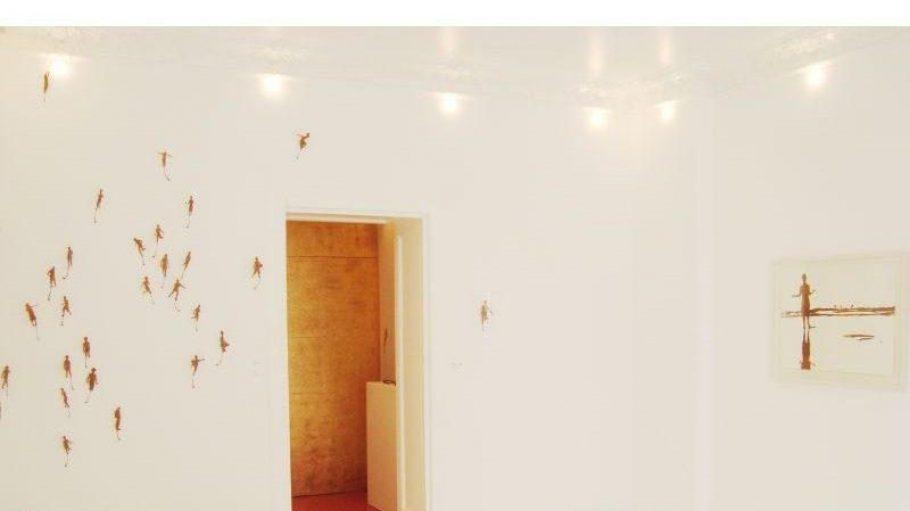 """Unter anderem beim aktuellen SchönebergerARTwalk dabei: Die Ausstellung """"Moment mal"""" des Künstlers Michael Schuster in der mianki.Gallery. Zu sehen ist eine Installation mit 49 Figuren aus Platanenblättern sowie Arbeiten aus """"Laub auf Papier""""."""