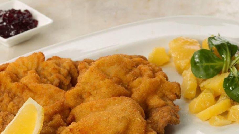 Der Klassiker im Jolesch: Das Schnitzel Wiener Art mit Erdäpfel-Vogerlsalat gibt es auch zum Business-Lunch.