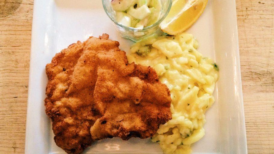 So lecker muss man die Knusperpanade erstmal hinbekommen: Schnitzel mit Kartoffel- und Gurkensalat in der Fleischerei.