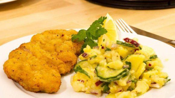 Manche mögen's mit Kartoffelsalat, andere mit Bratkartoffeln. Österreicher essen es mit Preiselbeeren, Berliner eher nur mit einem Spritzer Zitrone. Nur gut, dass in Berlin schnitzeltechnisch für jeden Geschmack etwas dabei ist!