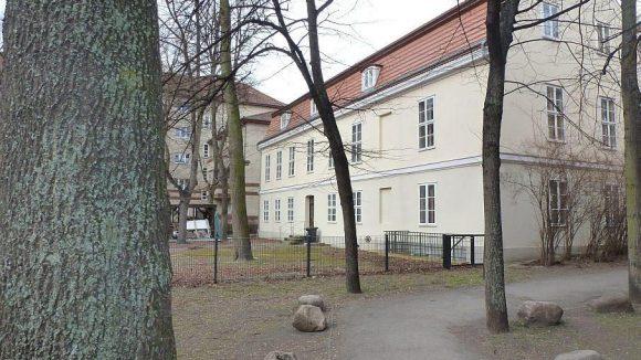Von außen wirkt das barocke Schoeler-Schlösschen schick ...