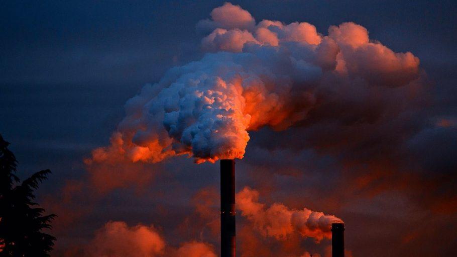 Dichter Dampf tritt am Abend aus Schornsteinen einer Industrieanlage aus. Noch schlimmer für die Berliner Luft sind aber ein anderer Umweltverpester ...