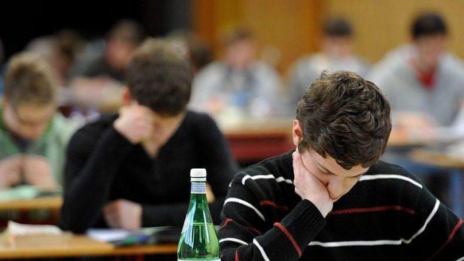 Zwei Schüler melden sich in einer Schule um die Wette.
