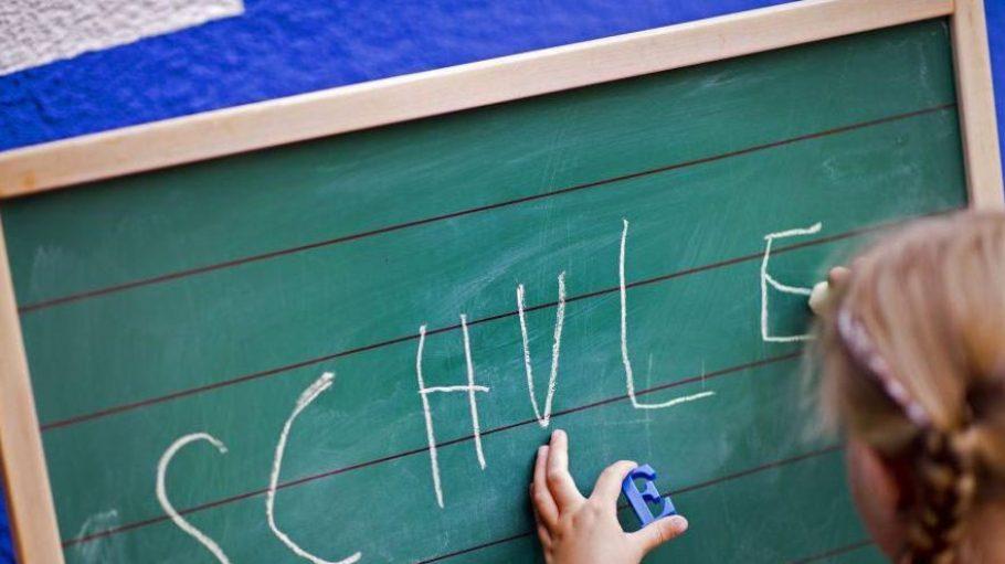 Nix mehr mit Faulenzen - jetzt heißt es Schulbank drücken.
