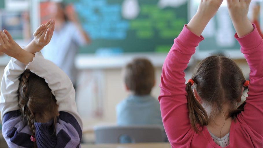 Gib mir eine Aufgabe: Was für deutsche Kinder normal oder lästig ist, danach sehnen sich Flüchtlingskinder: Schulalltag.