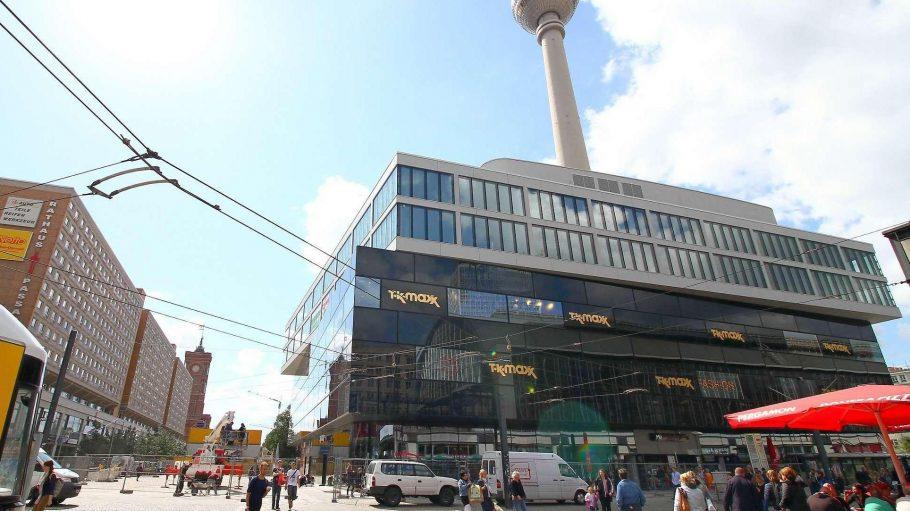 """Bahn frei. Der neue Schwarzbau am Alexanderplatz ergänzt sich zumindest optisch mit dem """"Cubix""""-Kino gegenüber - und bringt noch mehr Belebung für die Fußgängerzone rund um den Fernsehturm."""