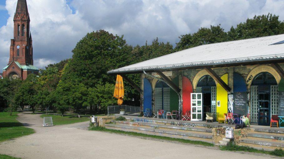 Mitten im Görlitzer Park: die einzigartige Indoor-Schwarzlicht-Minigolfanlage