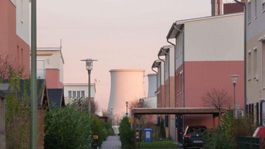 Blick ins Neubauviertel aus der Thuner Straße - im Hintergrund ein Kühlturm des Heizkraftwerks Lichterfelde.