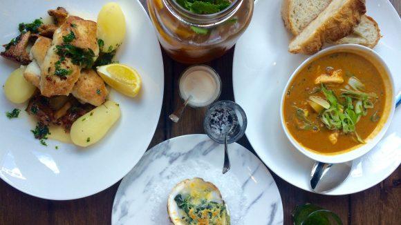 """Einmal alles bitte! Im neuen Fischrestaurant """"Seaside"""" in Mitte überzeugt die Austern-, Fischsuppen- und Schollenkombi zum Mittag auf ganzer Linie."""