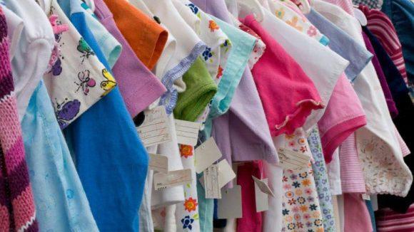 Secondhand-Kleidung für Kids macht vor allem im Baby- und Kleinkindalter Sinn, wenn die Kleinen schnell wachsen.