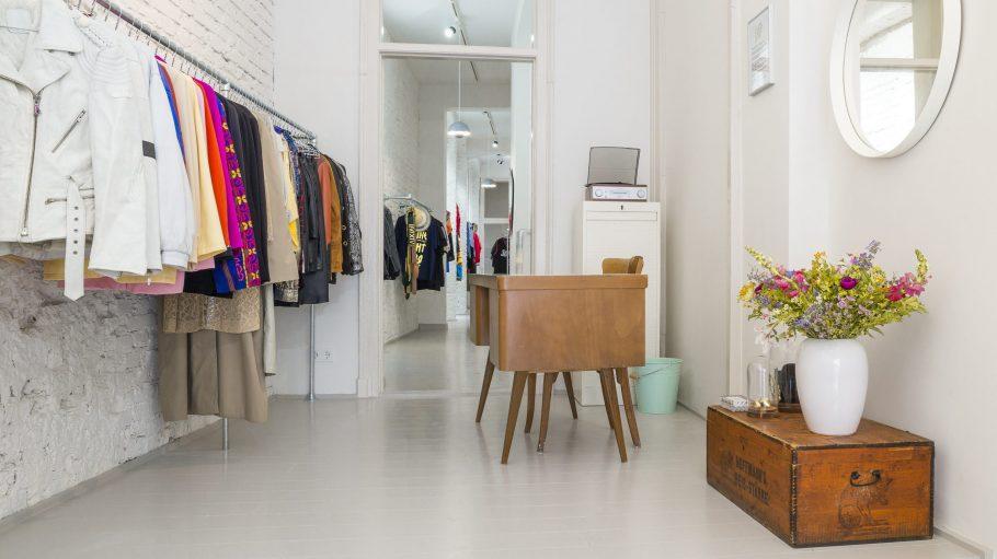 Coole Lederjacken in verschiedenen Farben, aber auch schlichte schwarze Röcke: In Lena's Lovely Vintage Boutique gibt es Mode für viele Styles.