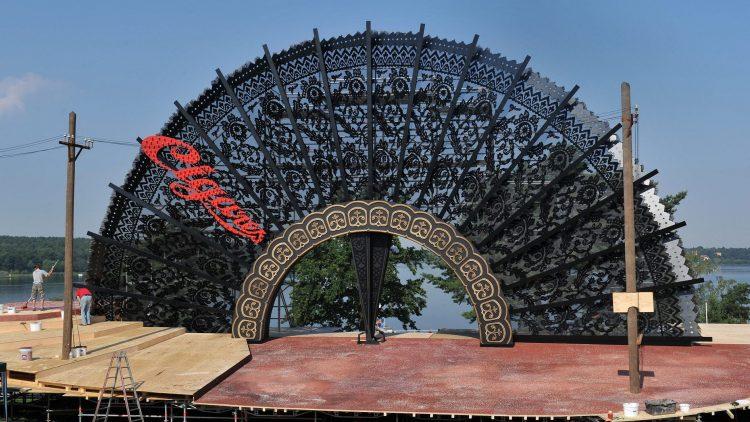 Letzte Bauarbeiten: Die Bühne musste um sechs Meter verschoben werden, weil sei in ein Naturschutzgebiet hineinrakte.