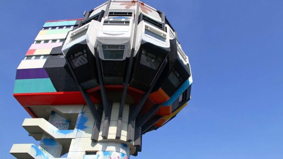 Seit 2010 ziert Graffitikunst den Steglitzer Bierpinsel. Bald aber soll der Turm einen Neuanstrich erhalten.