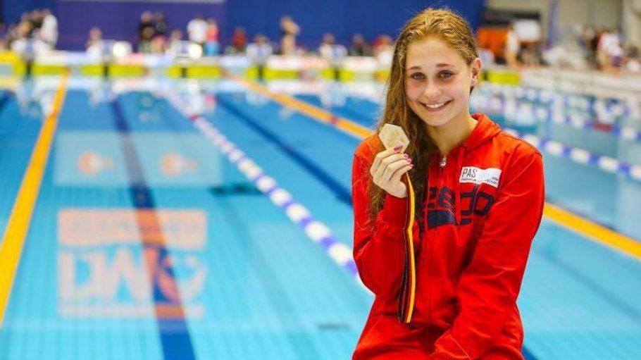Stolz auf ihre Goldmedaille: Selina Hocke hier bei den Deutschen Schwimm-Meisterschaften in Berlin nach dem Sieg im Finale über 200 Meter Rücken.