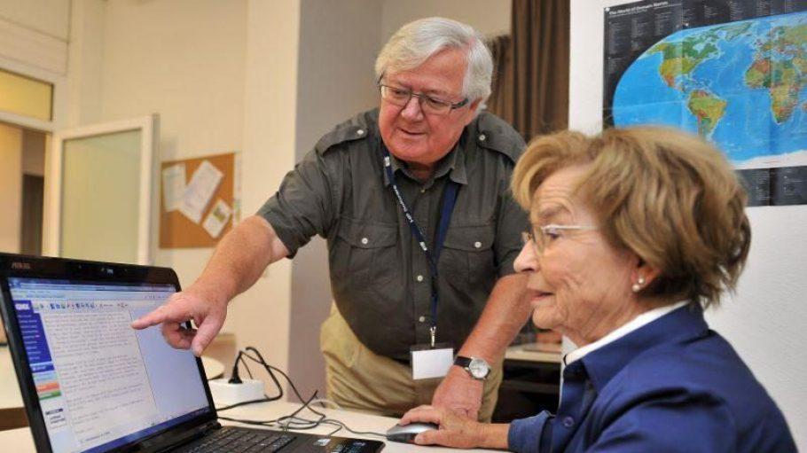 Interessierte Senioren und Seniorinnen werden im KIEZKLUB Vital fit für den Rechner gemacht.