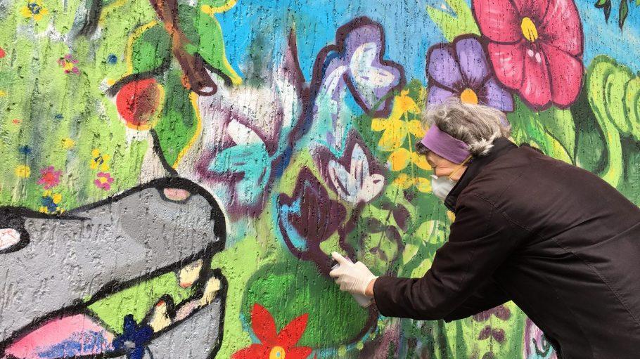 Es ist schwerer, als es aussieht: Die Charlottenburgerin 69 zählt zu den reifen Nachwuchstalenten, die ihr Graffiti-Debüt am Heckerdamm feiern.