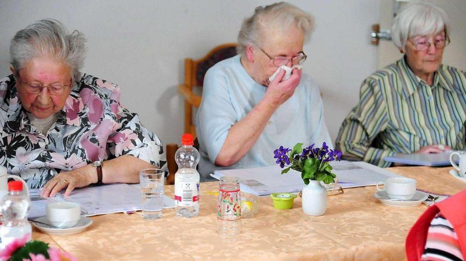 Nicht allein: Ingeborg Koske (2.v.l.) lebt im Seniorenwohnhaus in Berlin-Moabit - und muss womöglich ausziehen.