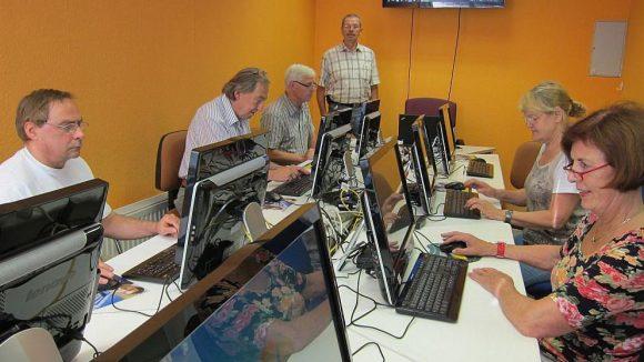 Unter fachkundiger Anleitung lernen die Teilnehmer der Computerkurse alles Wichtige zu Internet und sozialen Netzwerken.