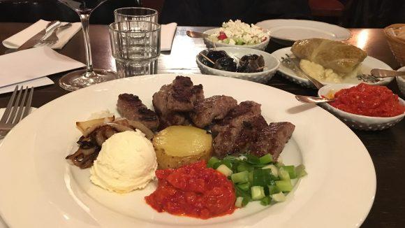 Im Kafana gib'ts leckere Cevape, das Balkan-Gericht schlechthin, mit Kajmak, serbischem Schmand, und einem köstlichen Paprika-Aufstrich, Ajvar genannt.
