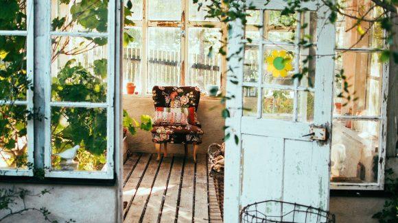 Sessel für die Gartenlaube gesucht? Im neuen Home24 Outlet gibt es tolle Einzelstücke.