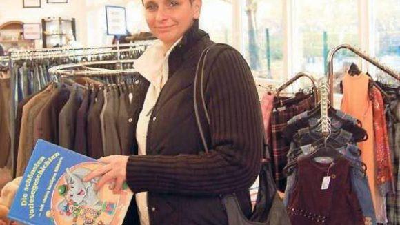 Sozialkaufhaus-Kundin Sybille Granzow hat etwas für ihre Tochter gefunden.