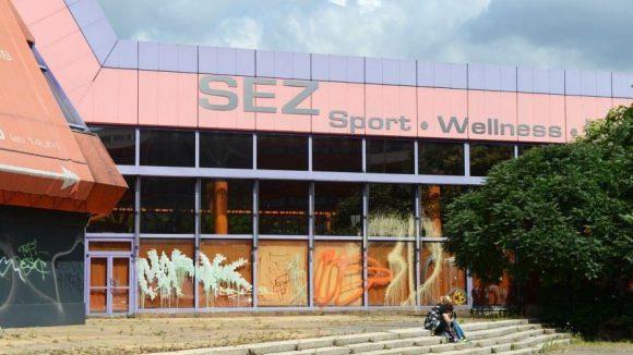 Einst ein DDR-Vorzeigeprojekt: Das Sport- und Erholungszentrum SEZ an der Landsberger Allee in Friedrichshain. Es gehört einem Leipziger Investor, verkommt aber seit der Schließung 2003 langsam.