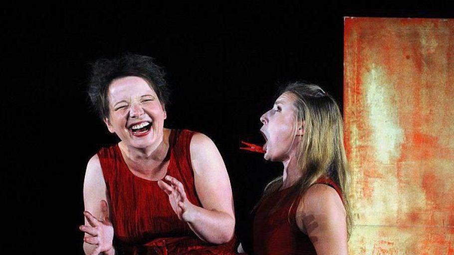 Miese Ärger-Spielchen unter den Schwestern Katharina (Katharina Kwaschik) und Bianca (Elisabeth Milarch).